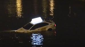 Прохожие приняли за рекламу машину такси, упавшую в Мойку в центре Петербурга