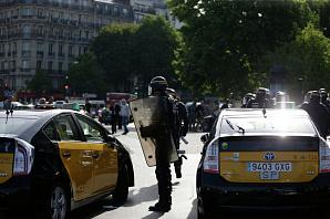 Семь полицейских ранены в Париже в ходе забастовки таксистов